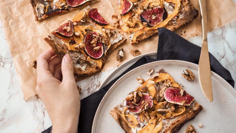 Tvarohová pizza s dýní, fíky a ořechy